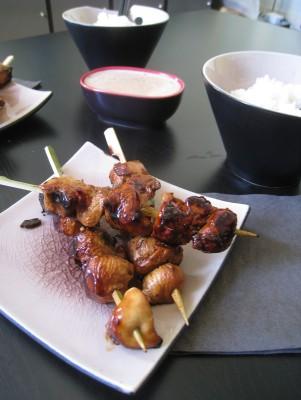Les brochettes de poulet, accompagnées de la sauce satay et de riz thaï