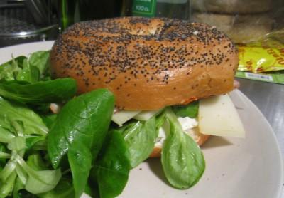Un bagel du sud-ouest avec pain pavot et magret séché au poivre