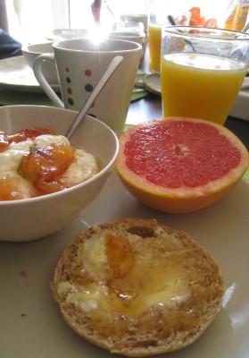 Idée de brunch - tartines, pamplemousse et fromage blanc à la confiture