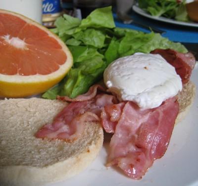 Idée de brunch : bacon and eggs, salade et pamplemousse