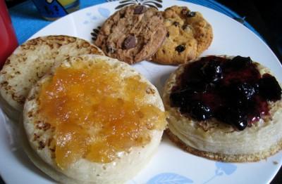 idée de brunch, crumpets et confiture, cookies