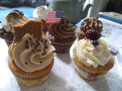 Six cupcakes de Cup'N Cake se promenent sur un plateau