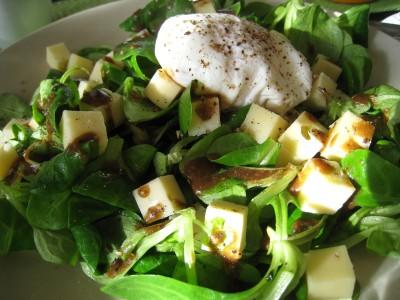 Salade de mâche, fromage et oeuf poché