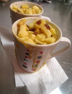 Mugcake sucré pomme, raisins et cannelle