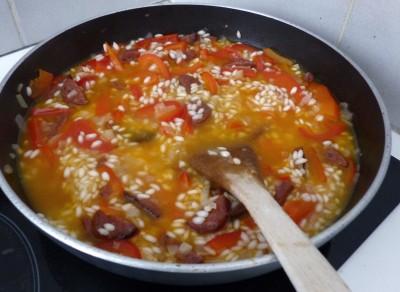 Cuisson du risotto, ajout du chorizo